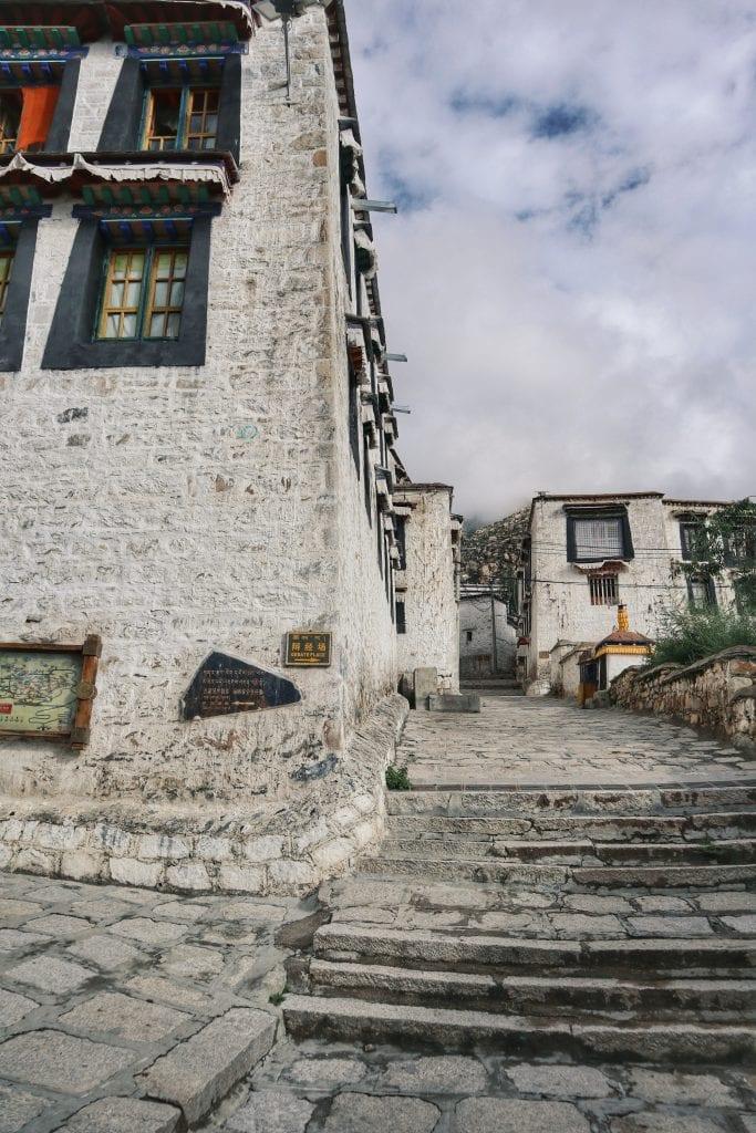 Links herum in der Drepung Monastery