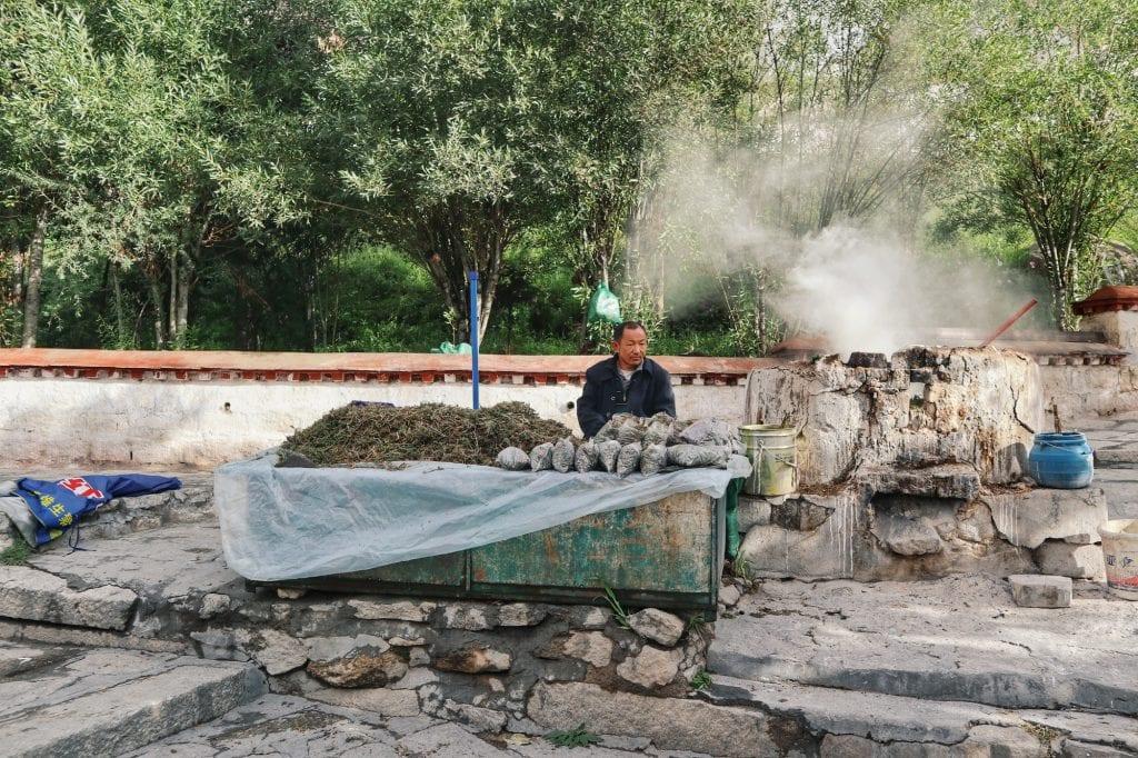 Mann mit brennenden Kräutern