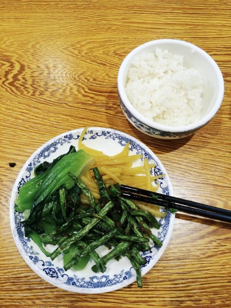 Tibetisches Essen Reis. Kartoffeln und Pak Choi