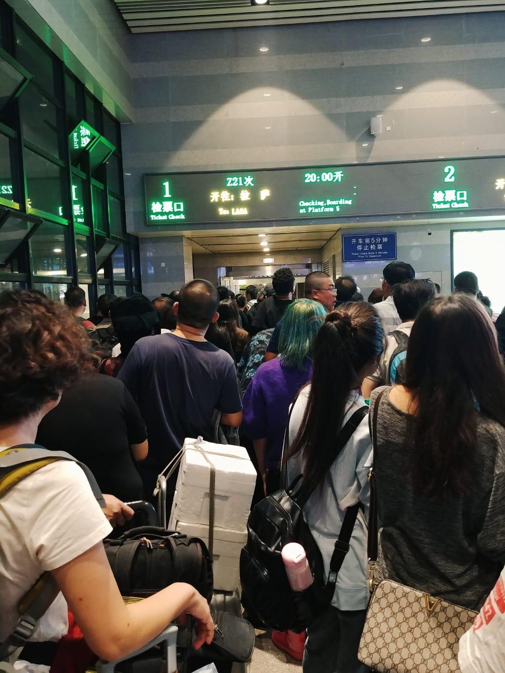 Anstehen für den Zug von Peking nach Tibet