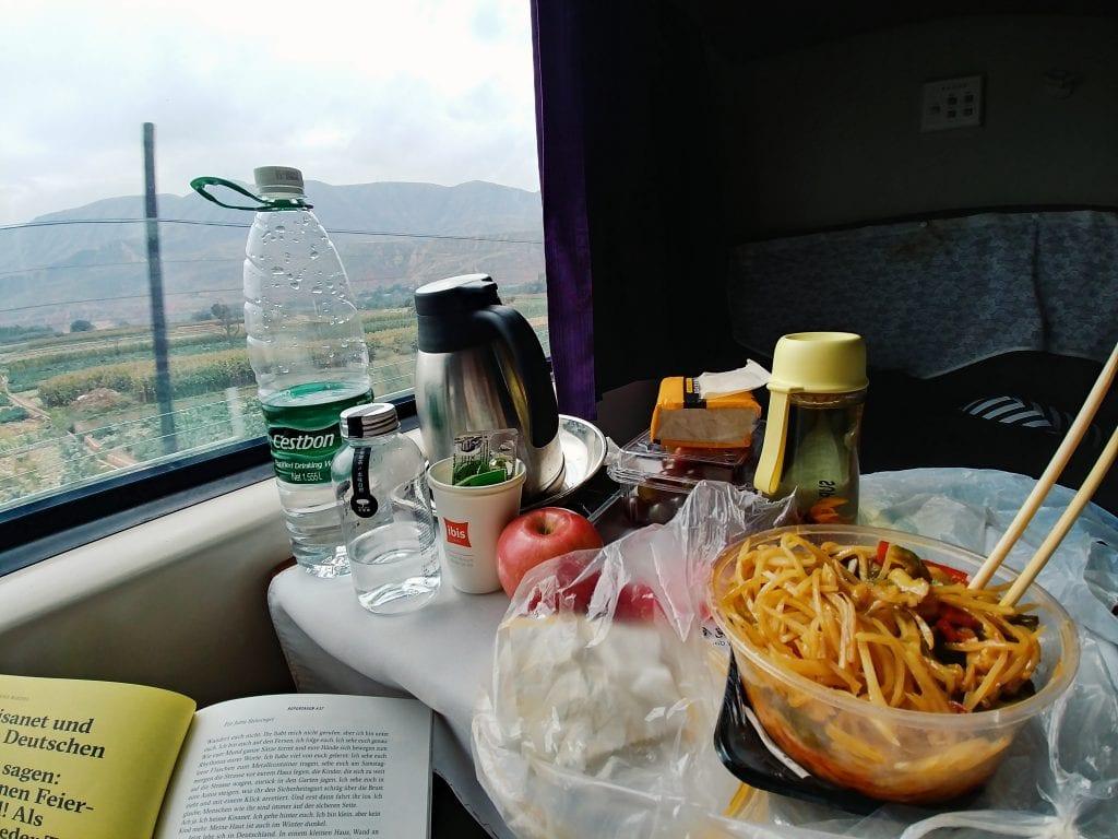 Essen im Zug nach Tibet