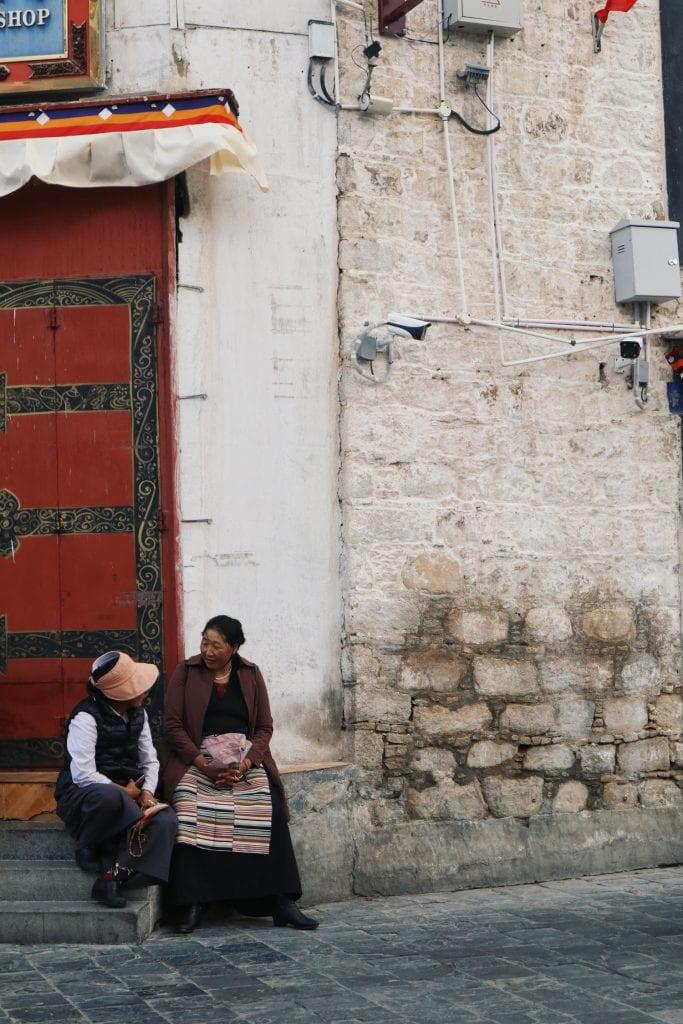 Frauen auf der Barkhor Straße