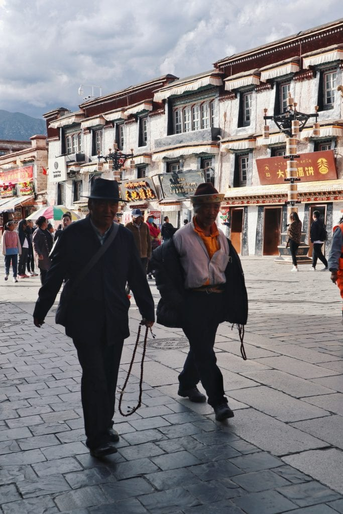 Männer mit Gebetsketten auf Barkhor Straße