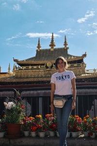 Travellerin Lisa vor dem Jokhang Tempel