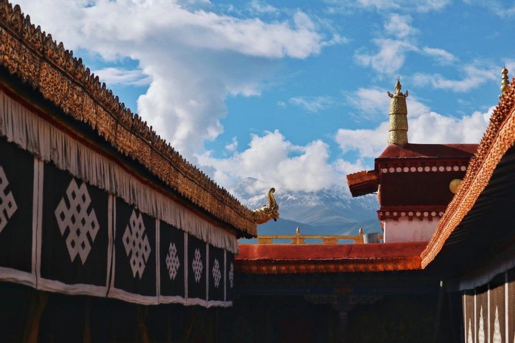 Auf dem Dach vom  Jokhang Tempel