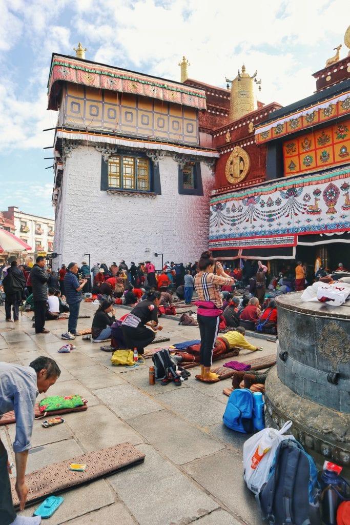 Pilger beten vor dem Jokhang Tempel