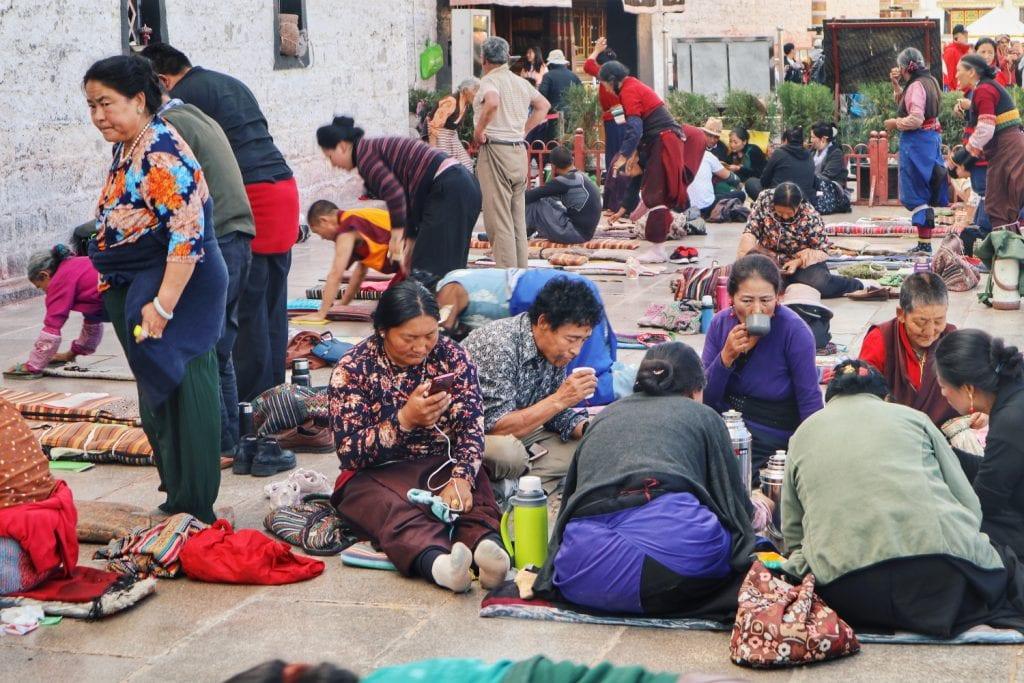 Menschen vor dem Jokhang Tempel