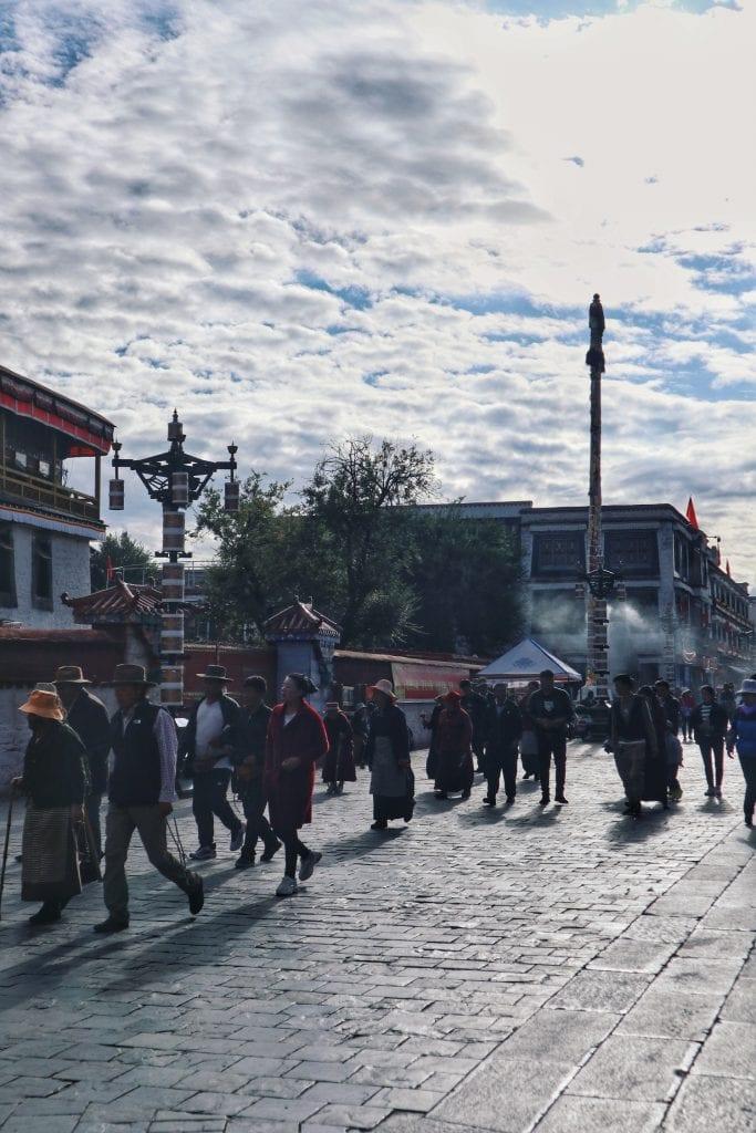 Menschen auf der Barkhor Straße