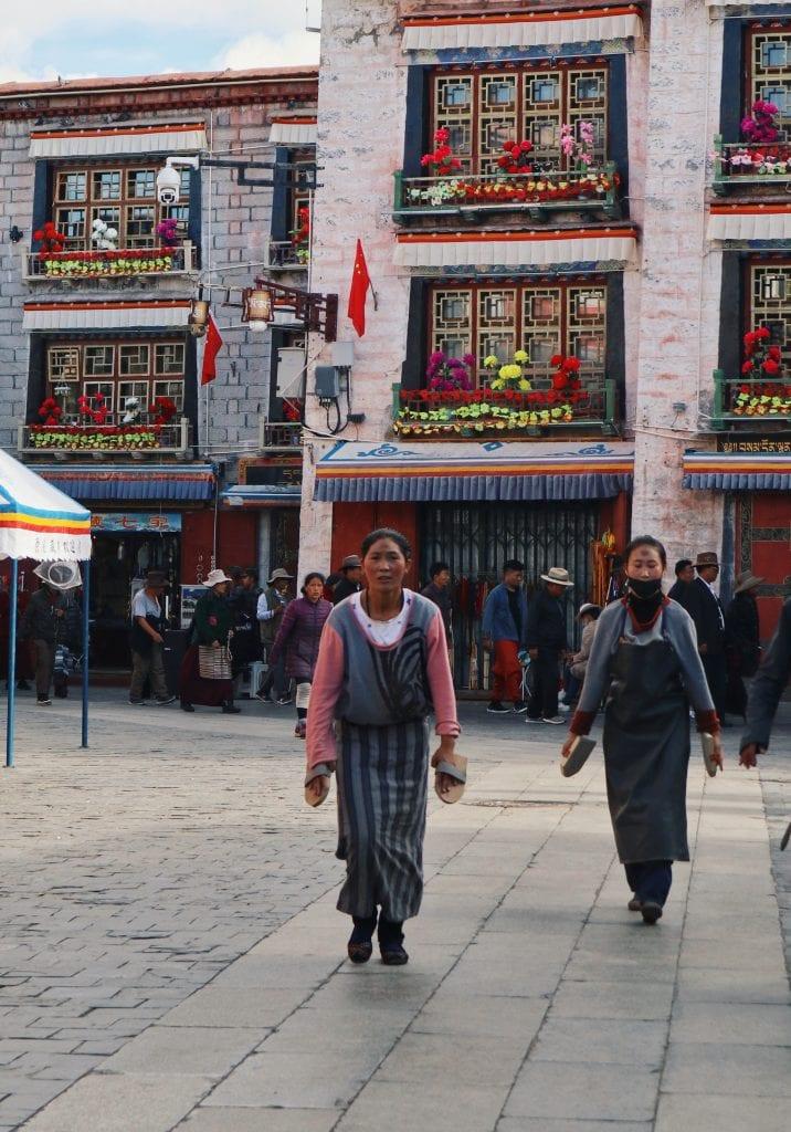 Zwei Frauen auf der Barkhor Straße