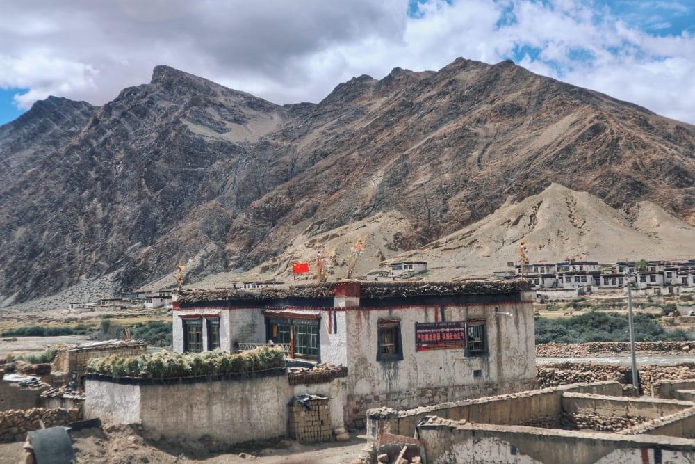 Haus in Tibet mit chinesischer Flagge