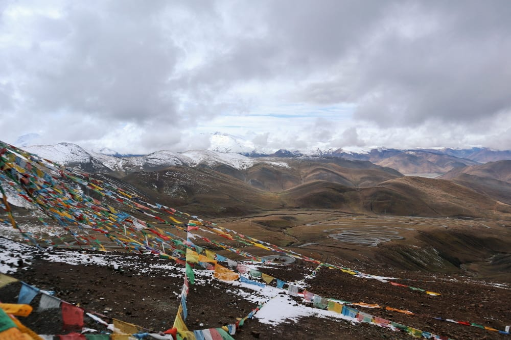 Himalaya Gebirgskette mit tibetischen Flaggen