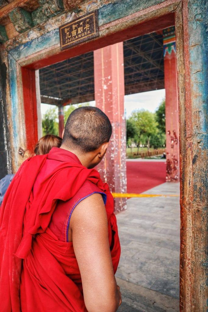 Mönch in roter Kutte in der Tashilhunpo Monastery