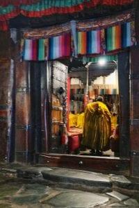 Mönche in gelben Kutten in der Tashilhunpo Monastery