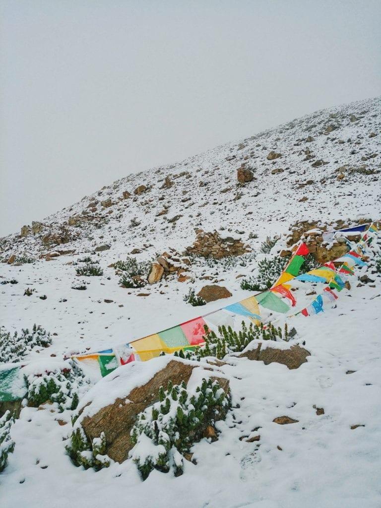 Schneeberg mit tibetischen Flaggen