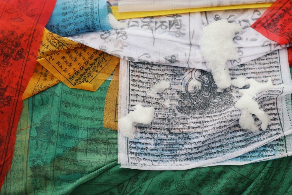 Tibetische Gebetsflagge mit Schnee