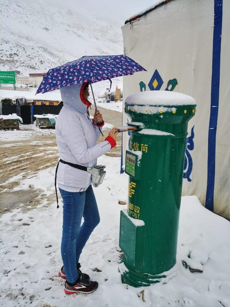 Travellerin Lisa Postkasten im Mount Everest Basecamp