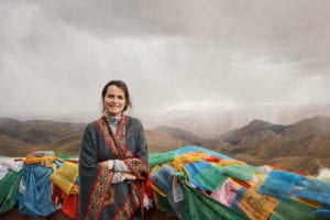 Travellerin Lisa mit Blick auf Mount Everest
