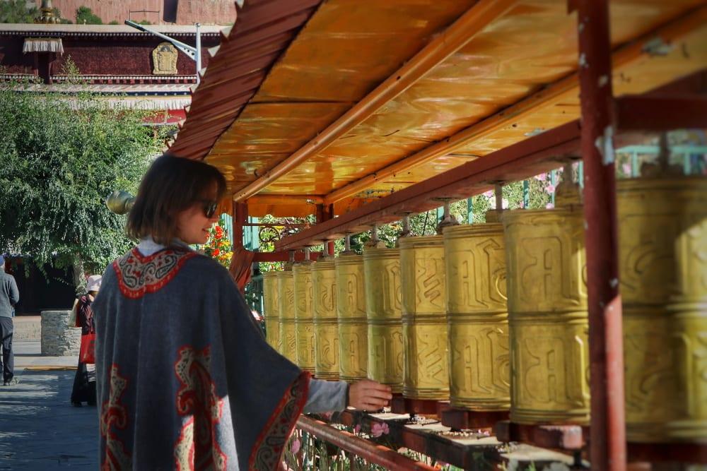 Travellerin Lisa mit Gebetsmühlen