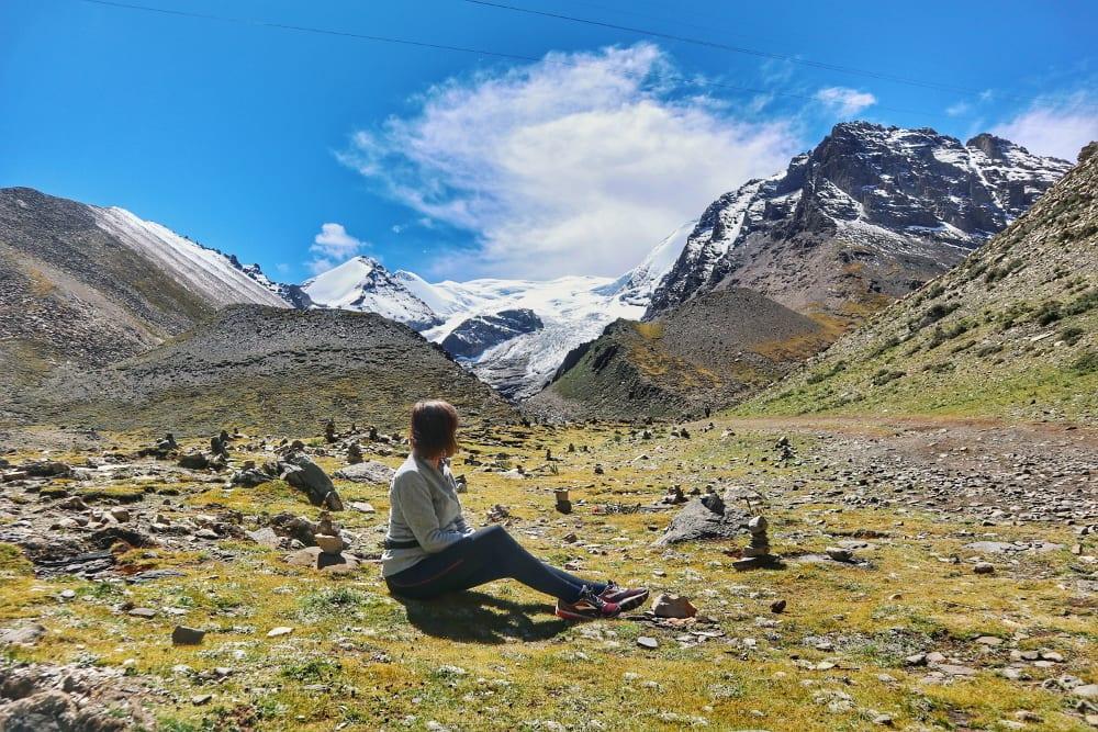 Travellerin Lisa vor dem Kharola-Gletscher
