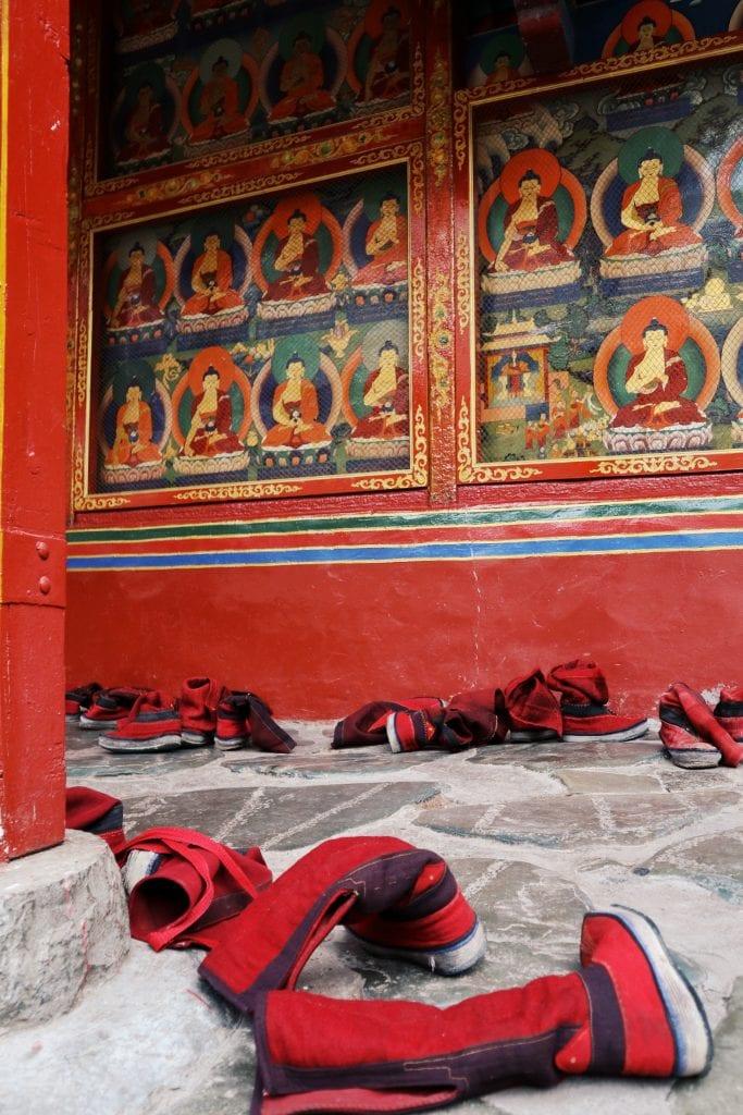 rote Stiefel von Mönchen in der Tashilhunpo Monastery