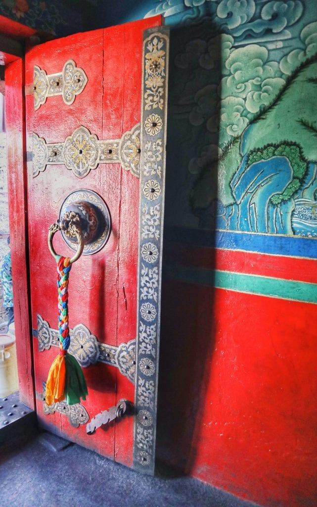 rote Tür in der Tashilhunpo Monastery