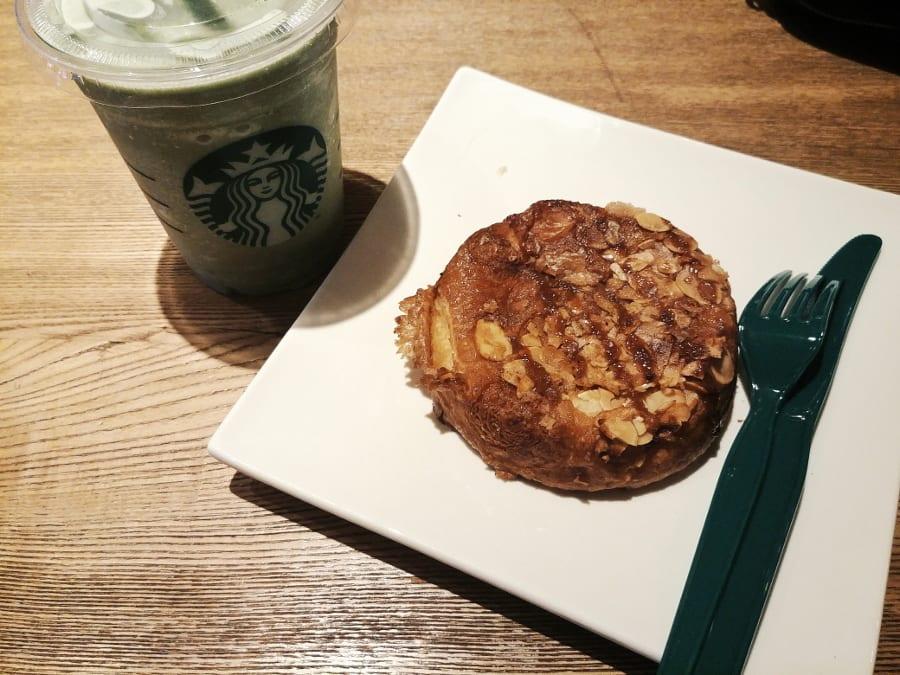 Starbucks Iced Green Tea mit Karamellküchlein