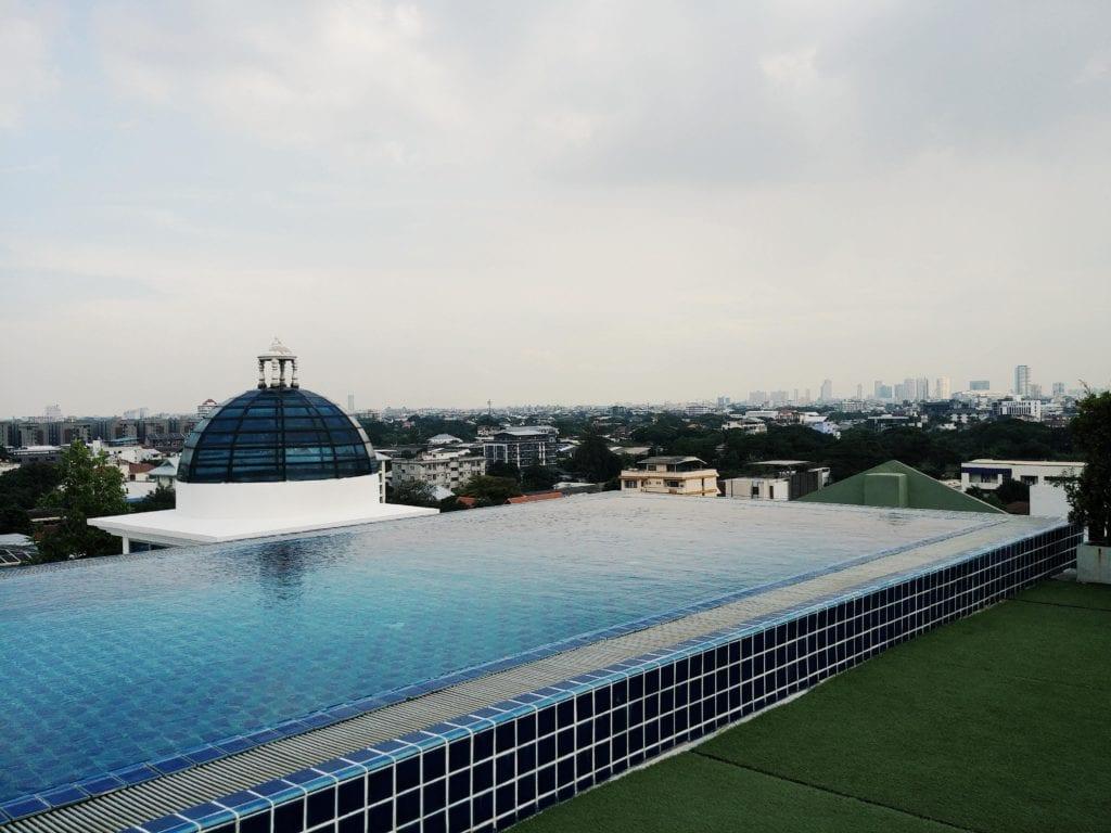 Pool auf der Dachterrasse vom Romance Hotel in Bangkok