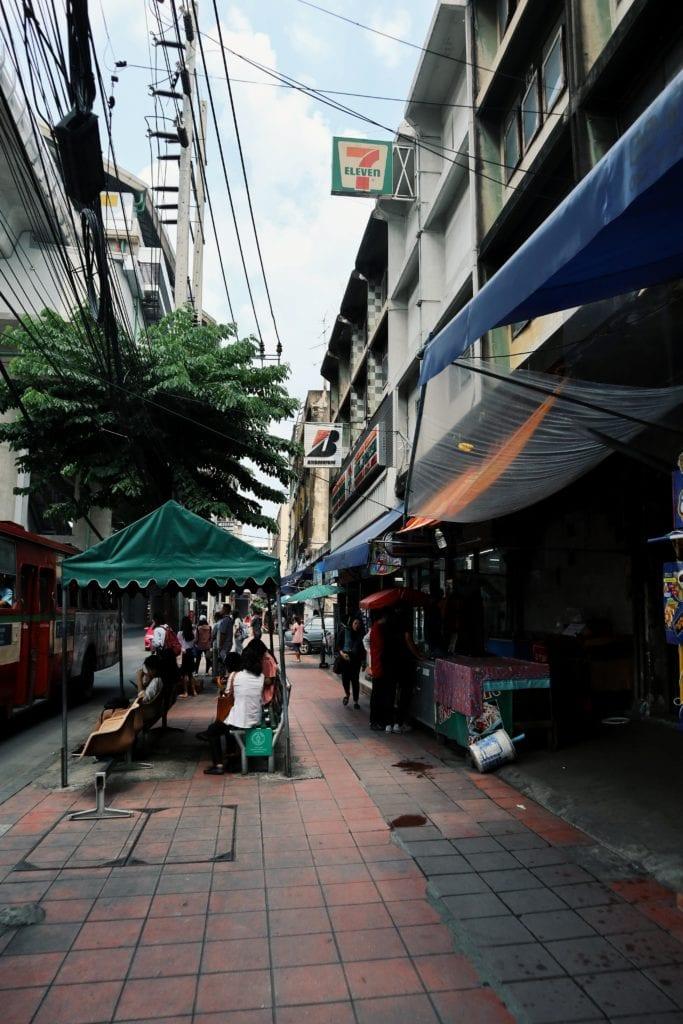 Straße vor Supalai Park in Bangkok