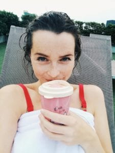 Travellerin Lisa mit Kaffeebecher