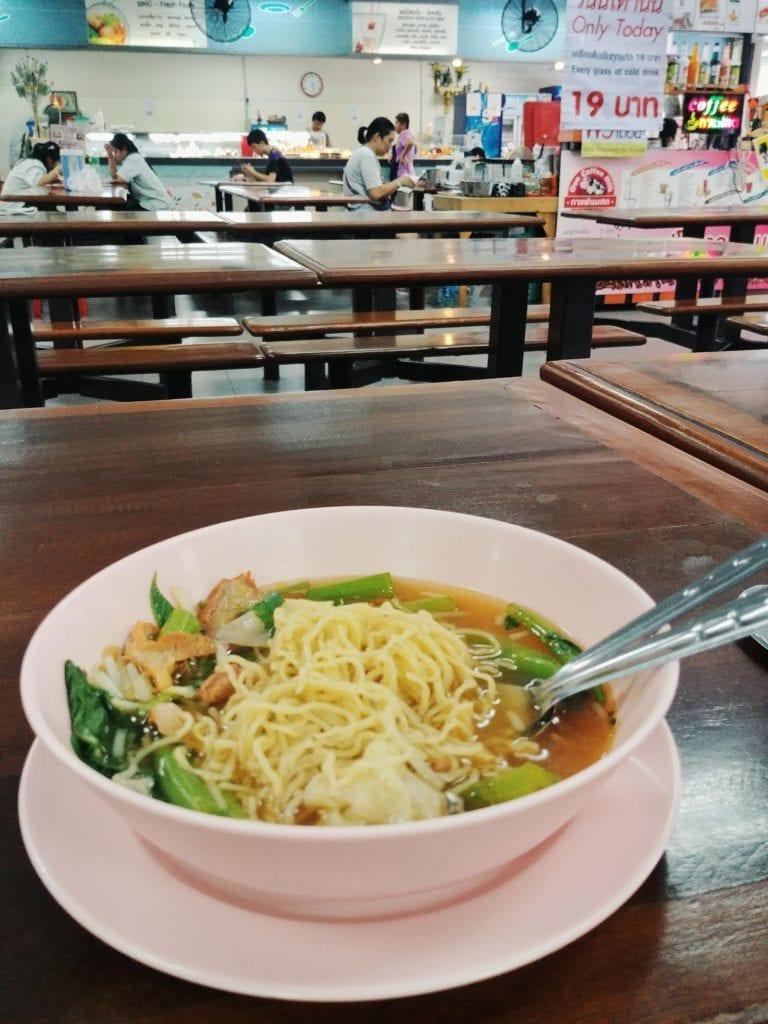 Wonton Suppe in der Mensa der Siam University