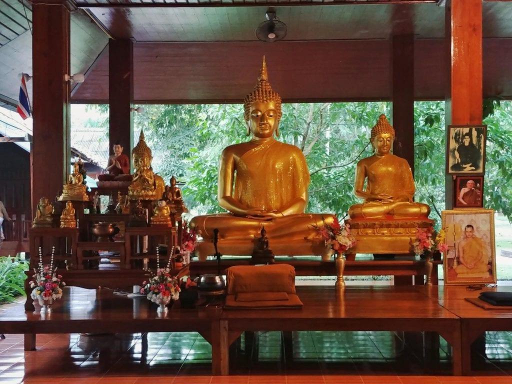 Buddhar Altar in der Wat Pa Tam Wua Forest Monastery
