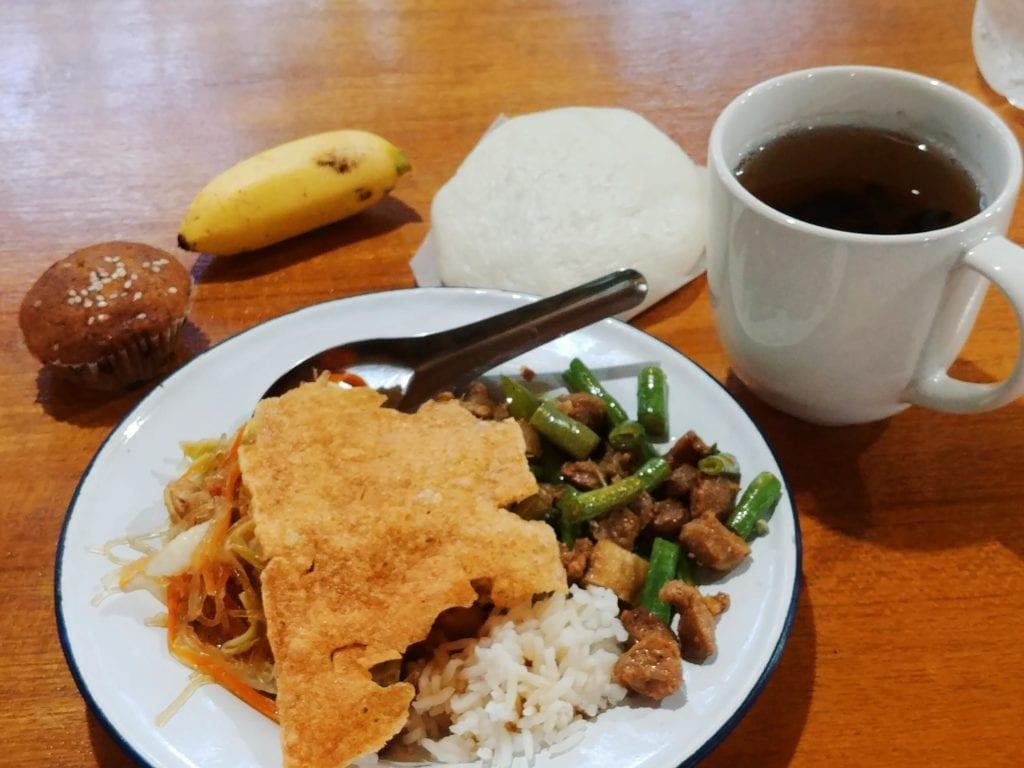 Frühstück nach dem Rice Offering in der Forest Monastery Thailand