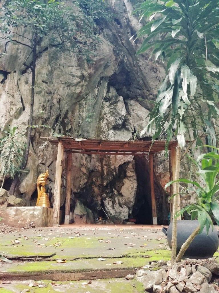 Gebetshöhle in der Forest Monastery Thailand