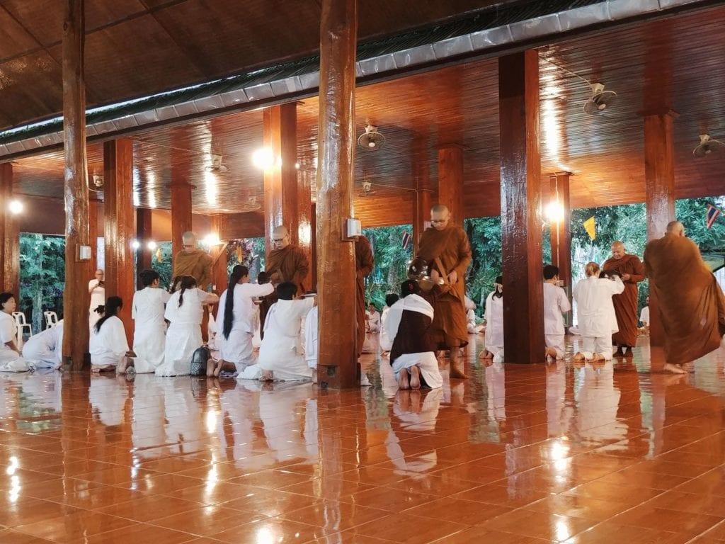 Rice Offering Mönche nehmen Reis im Waldkloster in Thailand