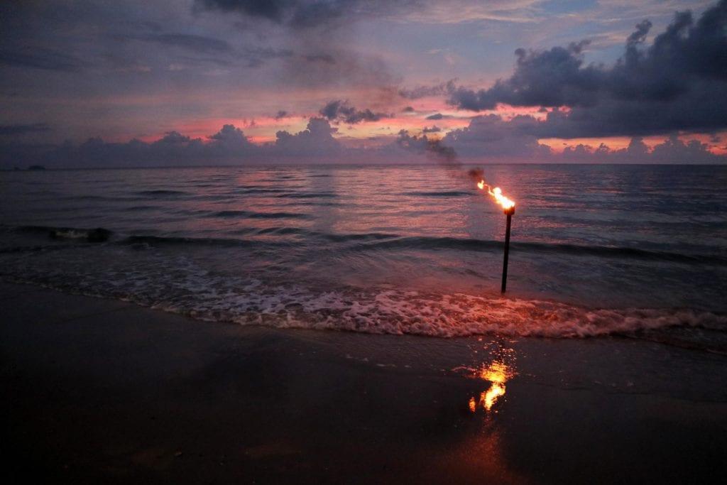 Sonnenuntergang Flagge vor Strandrestaurant Whitesandy Beach Koh Chang