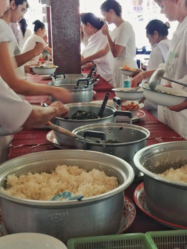 Tafel mit Mittagessen in der Forest Monastery Thailand