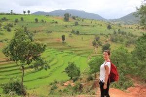 Travellerin Lisa vor Reisfeldern in Myanmar