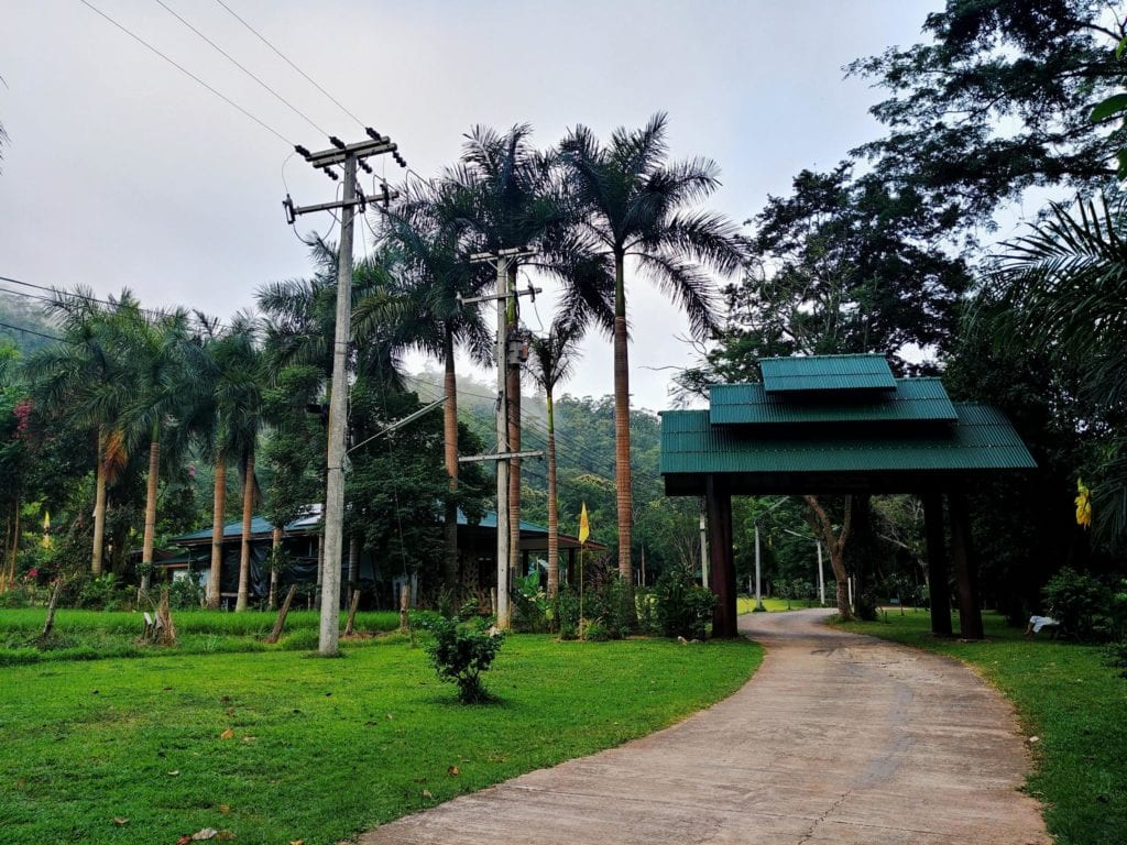 Vor den Toren der Wat Pa Tam Wua Forest Monastery