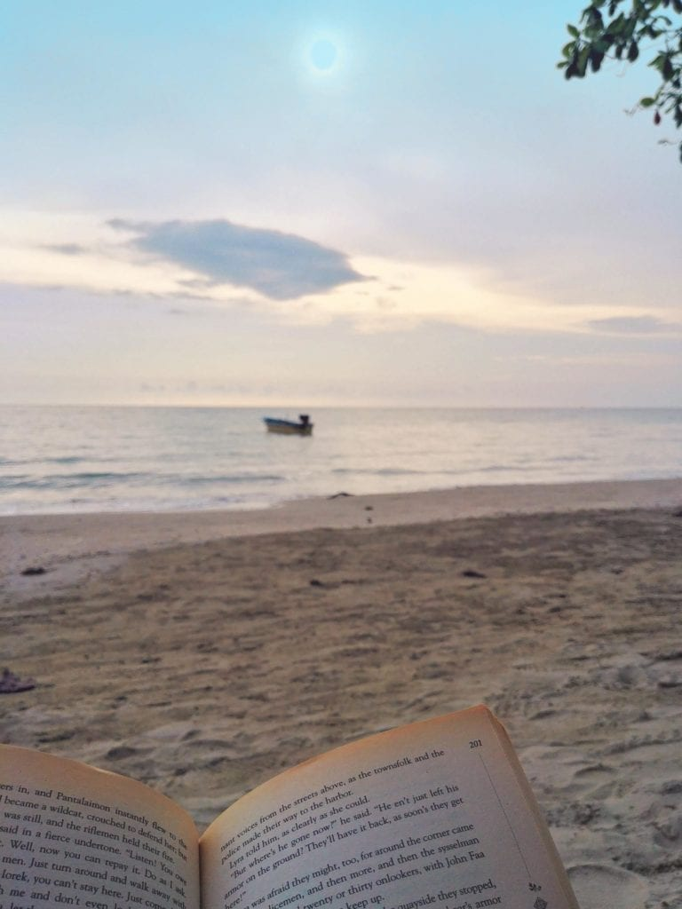 Whitesandy Beach Lesen am Strand