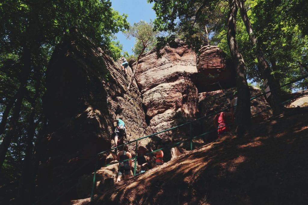 Buntsandsteinfelsen und Kletterer auf Rureifel-Wanderung