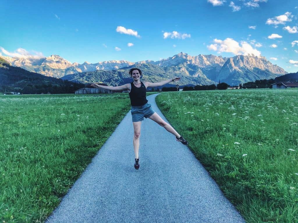Travellerin Lisa Farchant Blick auf Zugspitze