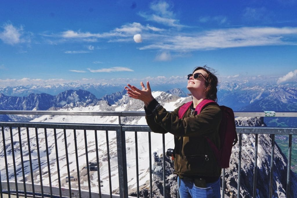 Travellerin Lisa und Schneeball auf Zugspitze