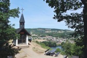 Waldkapelle Obermaubach und Blick auf Stausee