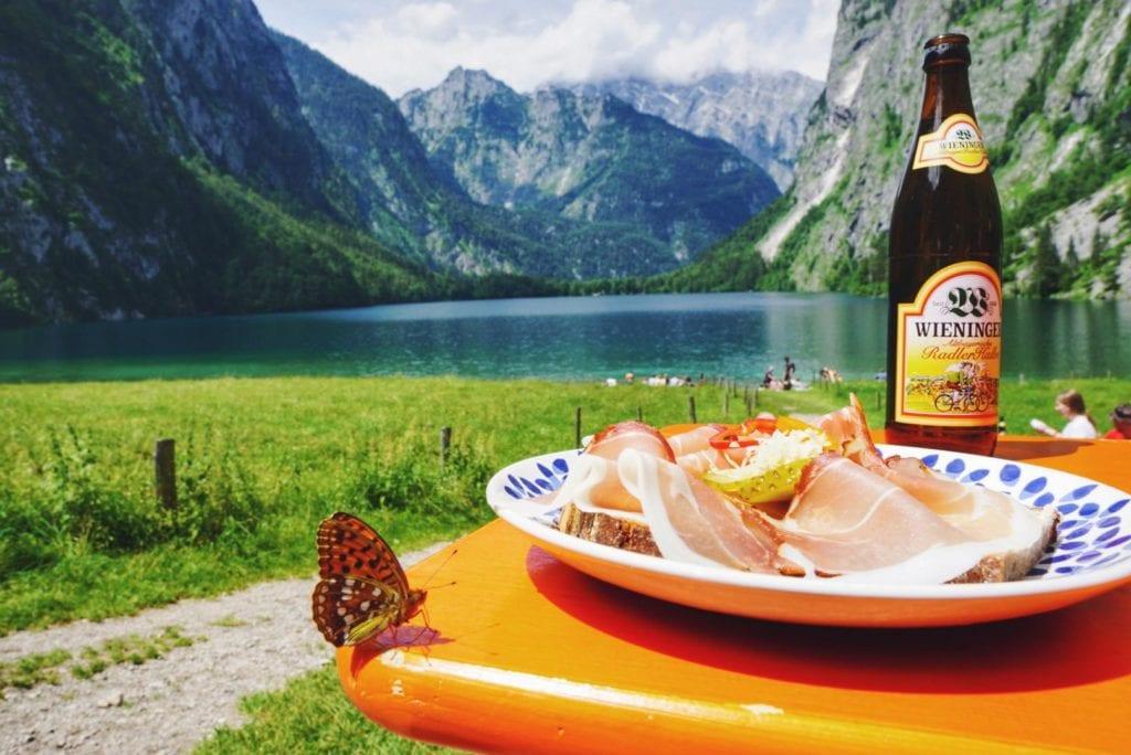 Brotzeit mit Schmetterling_Fischunkelalm Obersee
