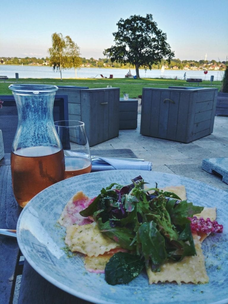 Essen mit Blick auf Schlei im Restaurant und Hotel Seeleben in Schleswig