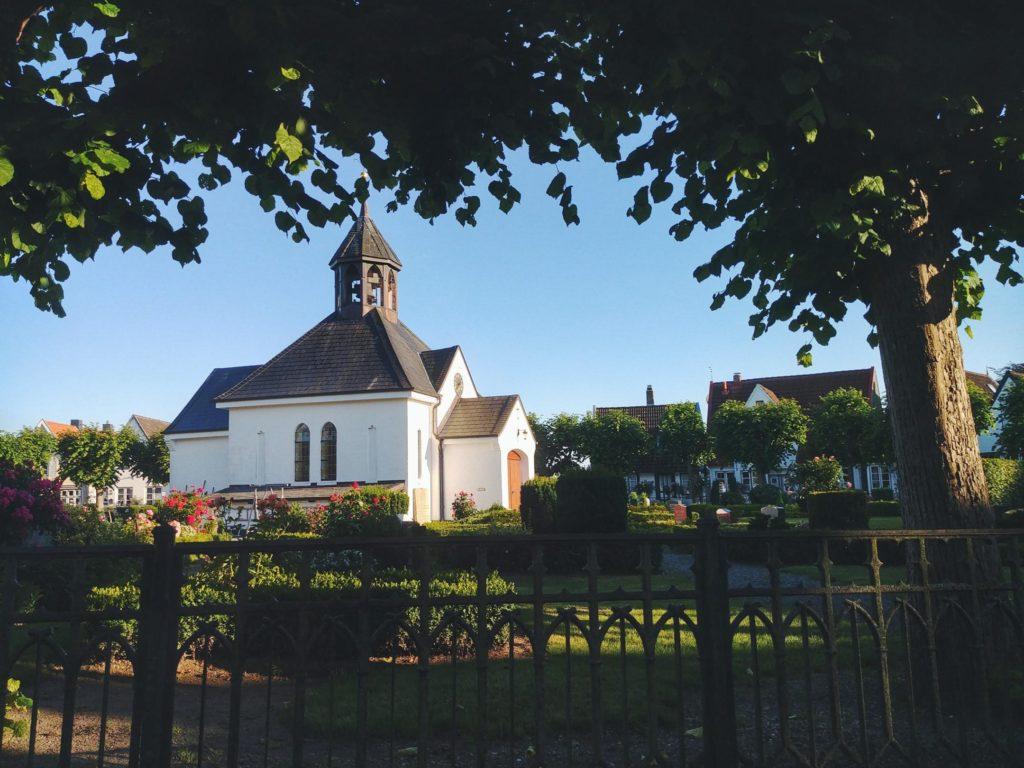 Fischersiedlung Holm in Schleswig mit Kirche