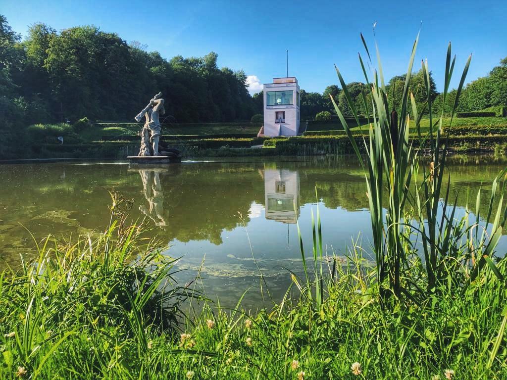 Herkulesstatue und Globushaus beim Schloss Gottorf in Schleswig