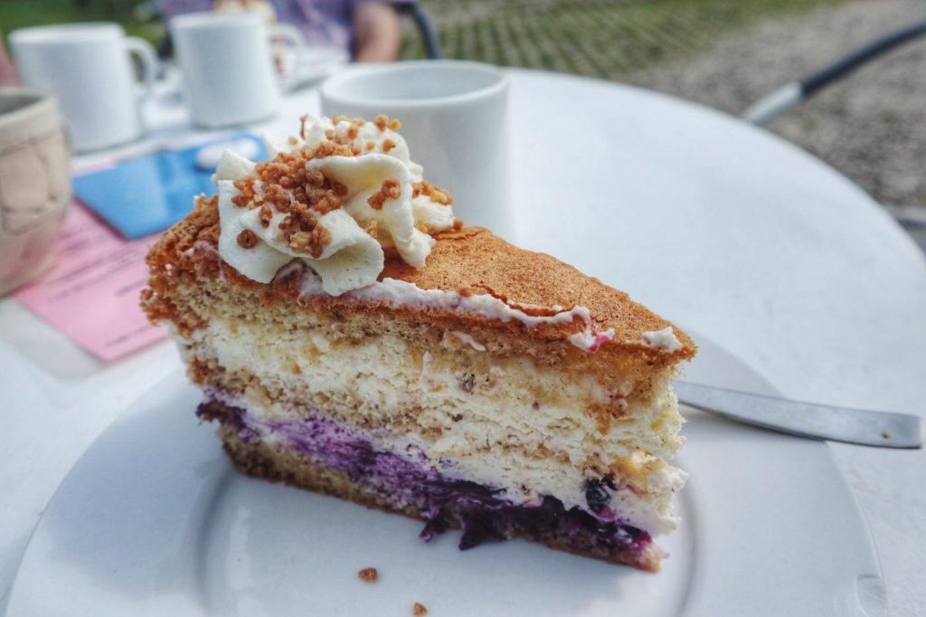 Kuchen im Cafe Lichthof Angeln von der Seite