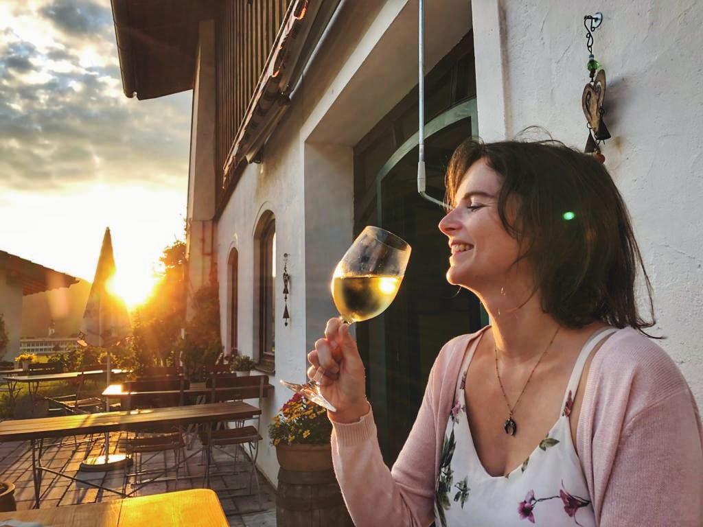Landhotel Binderhäusl Inzell Wein bei Sonnenutuntergang_Travellerin Lisa