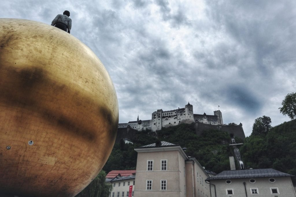 Mozartkugel mit Mann auf dem Kapitelplatz Salzburg